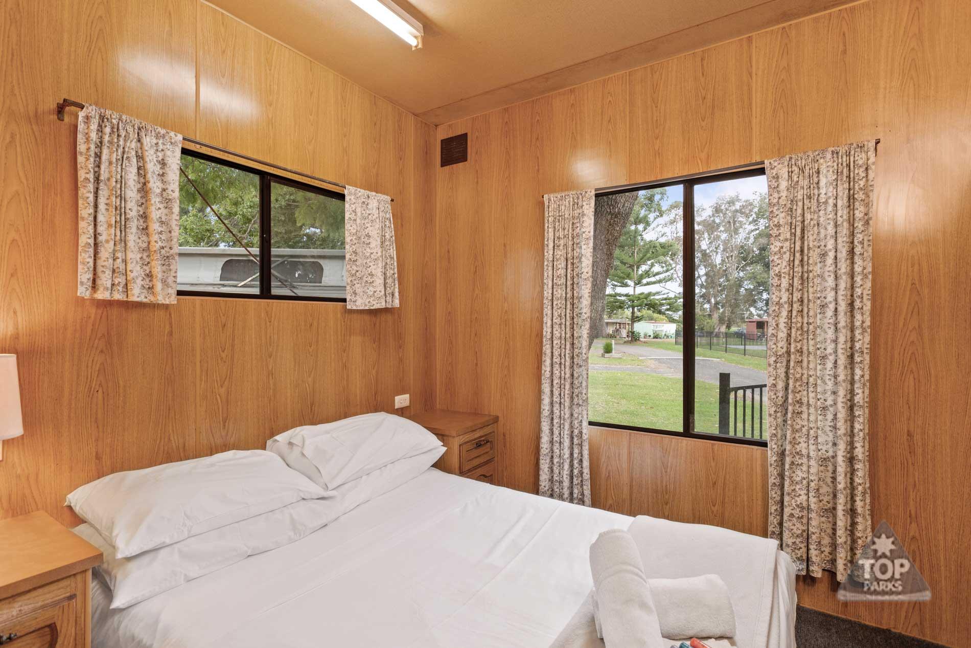 shoalhaven-caravan-village-basic-cabin-main-bedroom