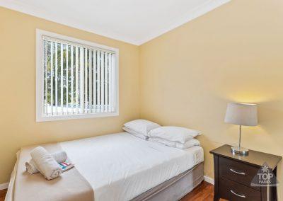 shoalhaven-caravan-village-deluxe-cabin-bedroom